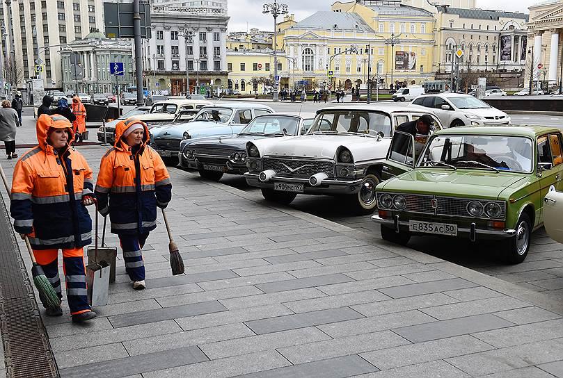 На Театральной площади замерли символы советской эпохи