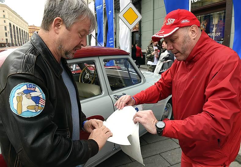Телеведущий Валдис Пельш (слева) и певец Алексей Кортнев перед стартом