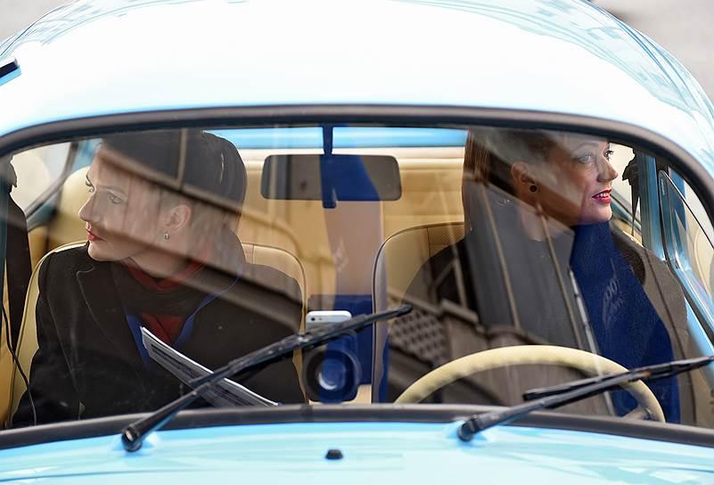 Участницы ралли ожидают начала старта в салоне автомобиля