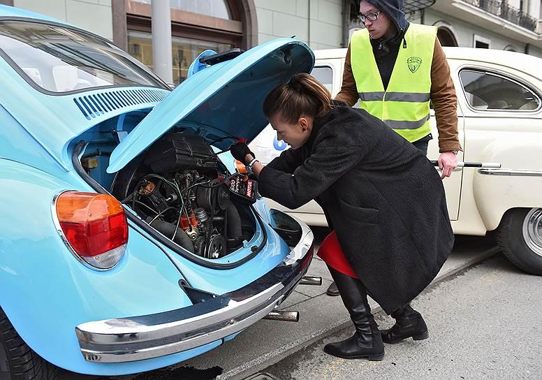 Участники проверяют состояние автомобилей перед стартом