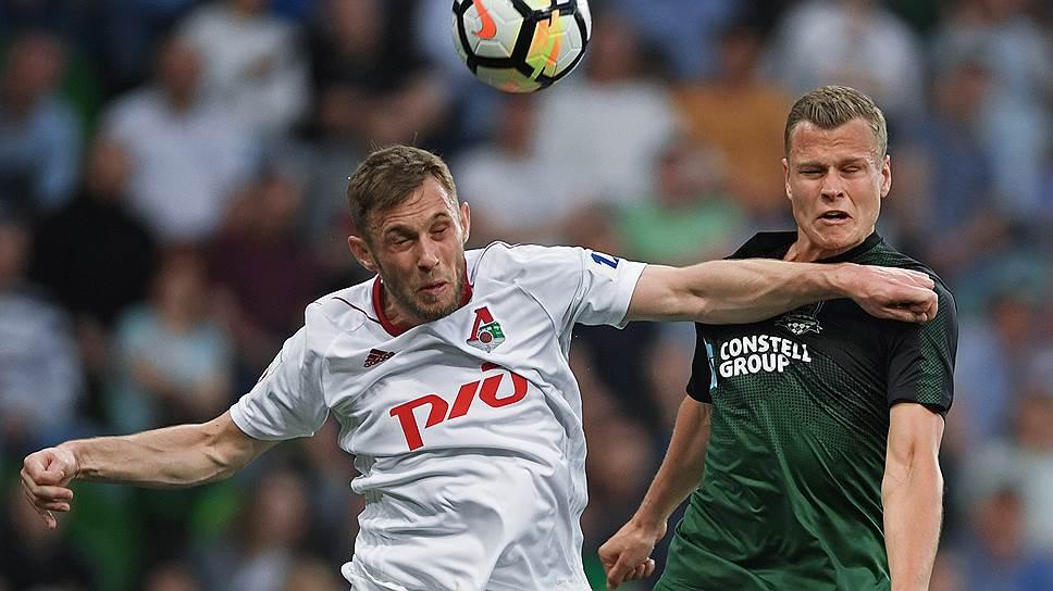 Футболисты «Локомотива» Мацей Рыбусь (слева) и «Краснодара» Алексей Филиппов