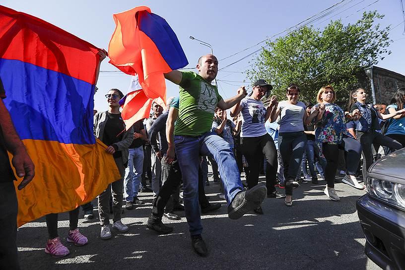 Протестующие блокируют дорогу в аэропорт Еревана