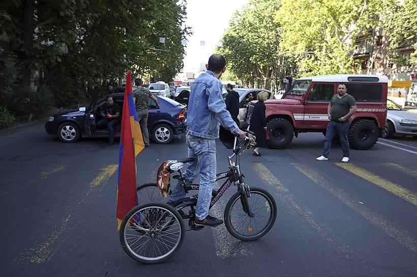 Сторонник оппозиции на трехколесном велосипеде