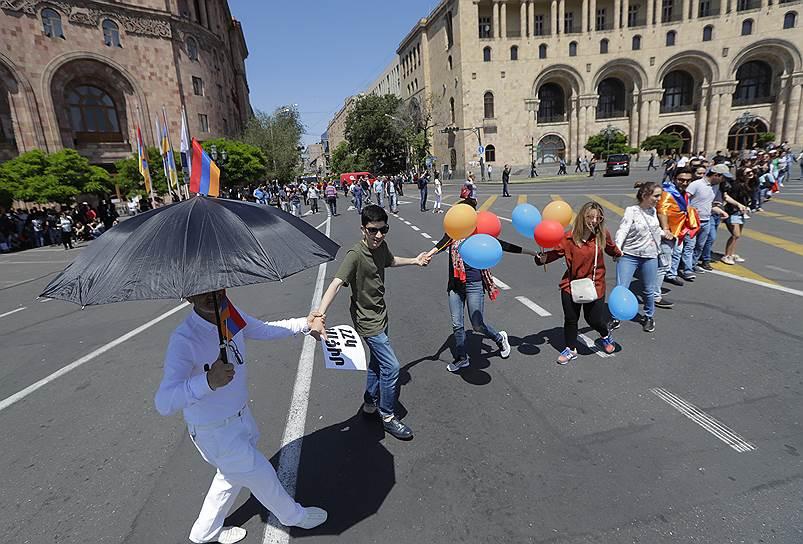 Протестующие держатся за руки на центральной площади Еревана