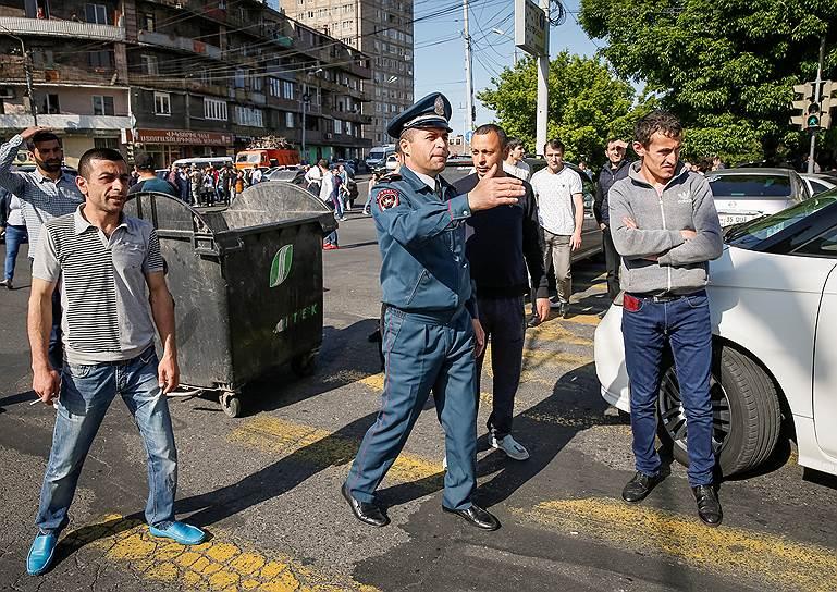 Армянский полицейский во время протеста