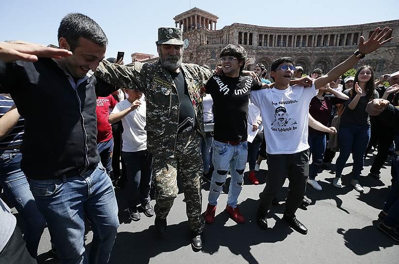 Сторонники оппозиции танцуют на улице