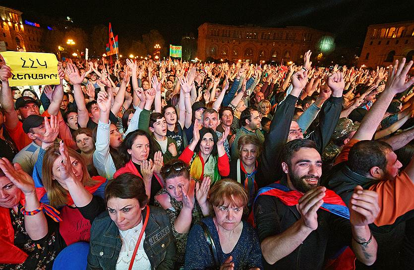 Участники митинга на центральной площади Еревана