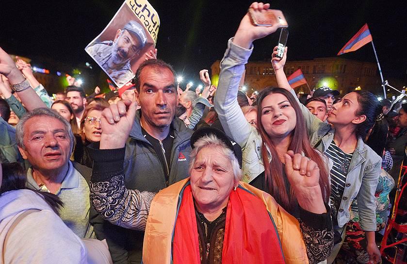 Митингующие на центральной площади Еревана