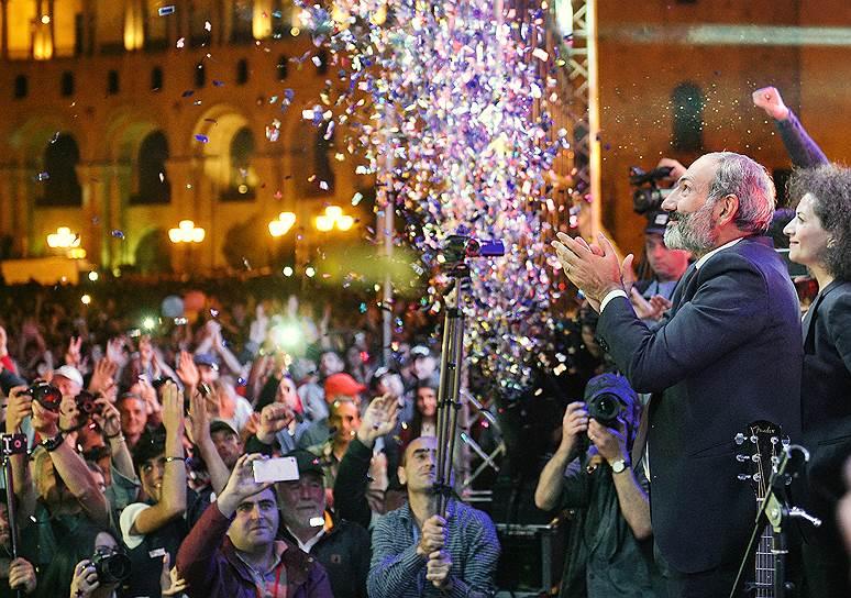 Глава фракции «Елк» в парламенте Армении Никол Пашинян (справа)