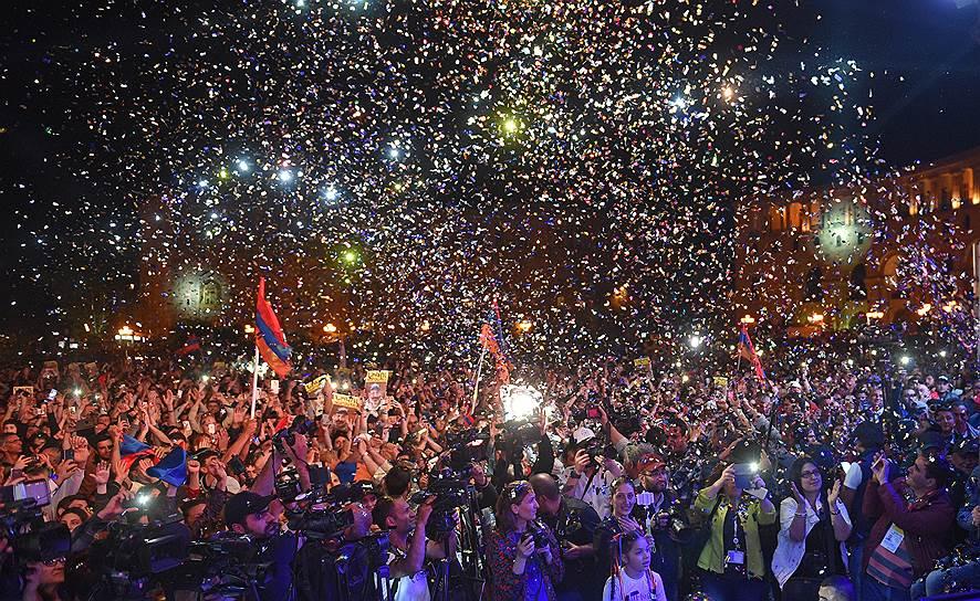 Митинг на центральной площади Еревана