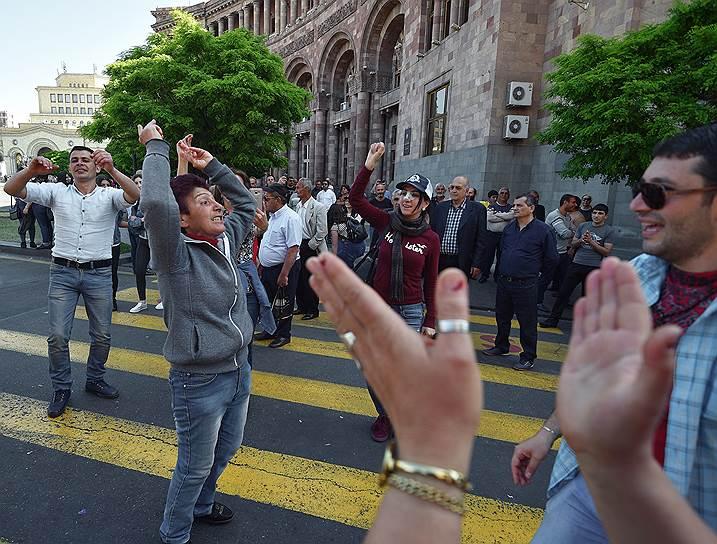 Сторонники оппозиции протестуют на улицах Еревана