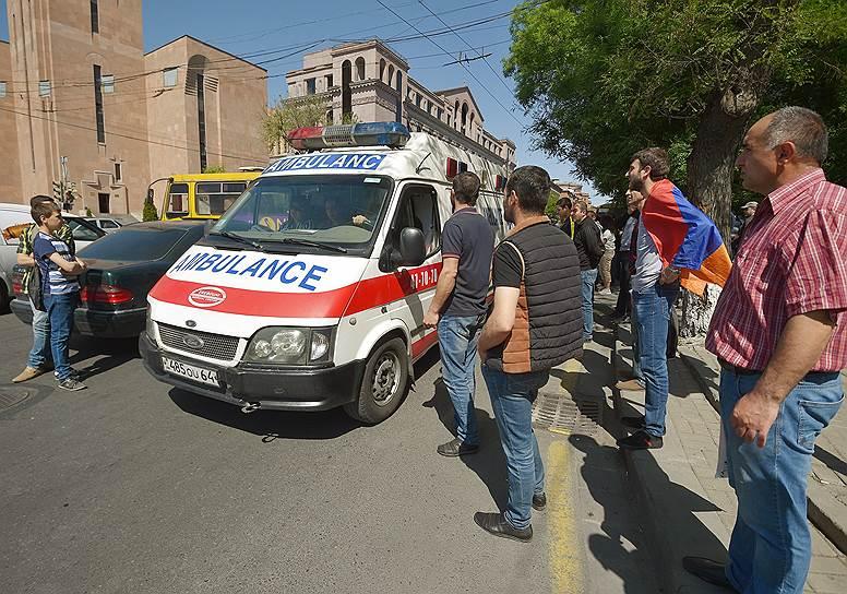 Машина скорой помощи во время протестов