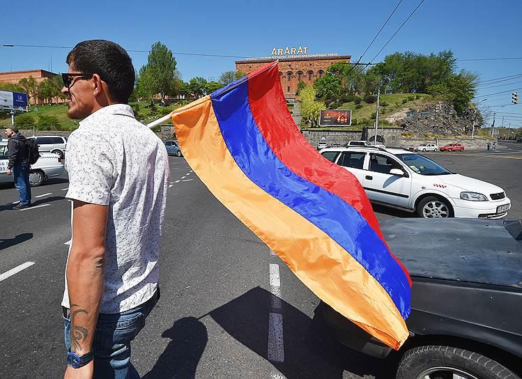 Сторонник оппозиции с флагом Армении в руках