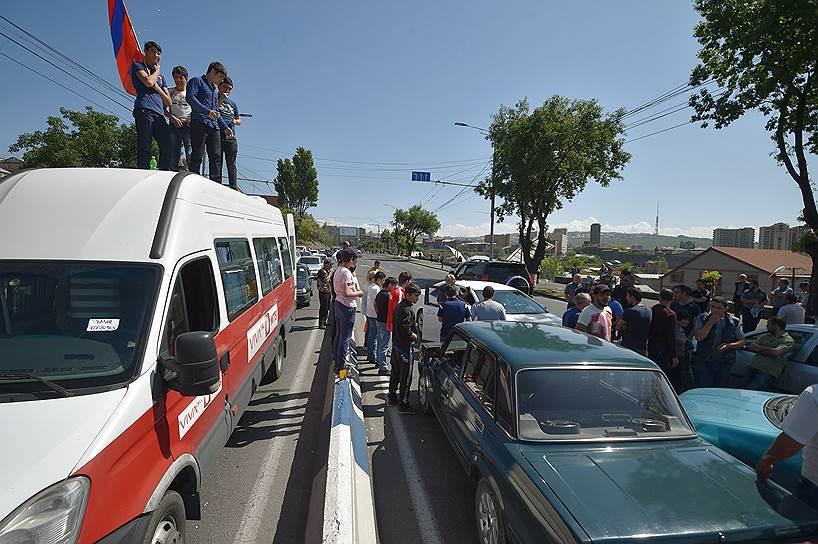Протестующие блокируют дороги