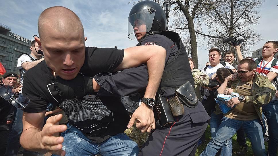 Как на Пушкинской площади столкнулись сторонники и противники Навального