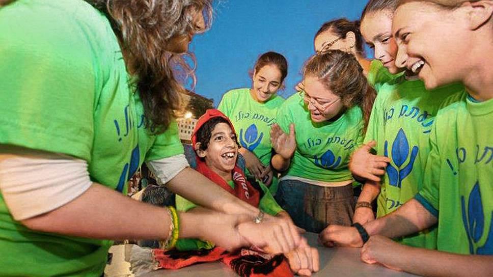 Реабилитационный детский центр «Але Негев» стал мостом между обычными людьми и детьми с инвалидностью — сюда приходят 400 волонтеров, в том числе школьники, студенты и солдаты