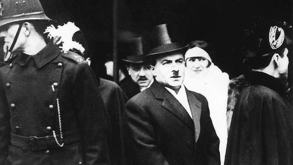 План главы Наркомвнешторга Розенгольца (на фото — в центре) по спасению «Деропа» сочли оригинальным, но несвоевременным