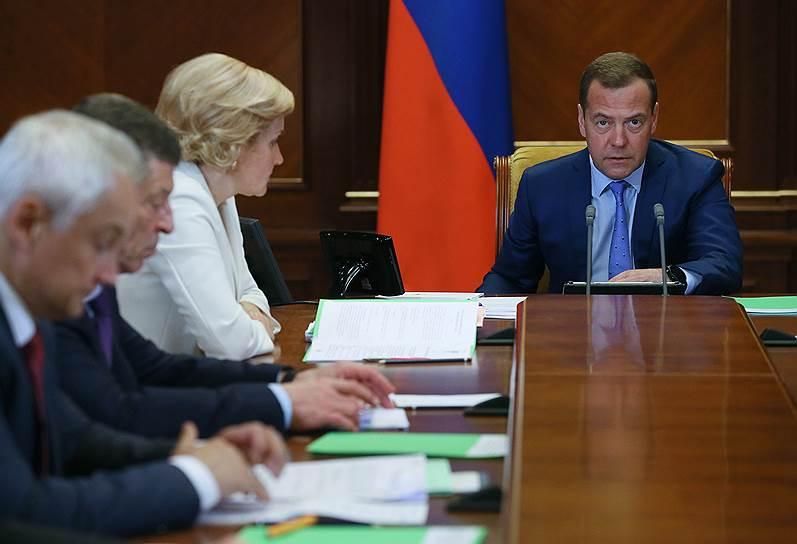 Слева направо: помощник президента Андрей Белоусов, и.о. вице-премьеров Дмитрий Козак и Ольга Голодец, премьер-министр России Дмитрий Медведев