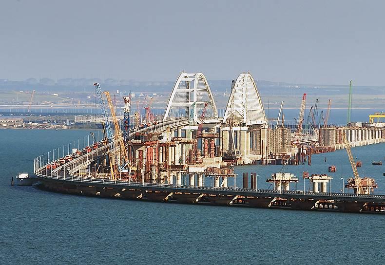 Открытый 15 мая мост соединяет Керченский полуостров (Крым) с Таманским полуостровом (Краснодарский край)