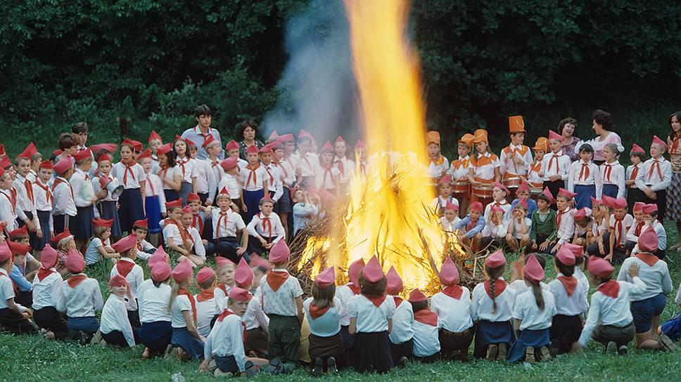 Пионерские лагеря нравились всем: партийным и комсомольским боссам — правильным идеологическим подходом к воспитанию, а пионерам — романтикой песен у костра, зарницами и походами