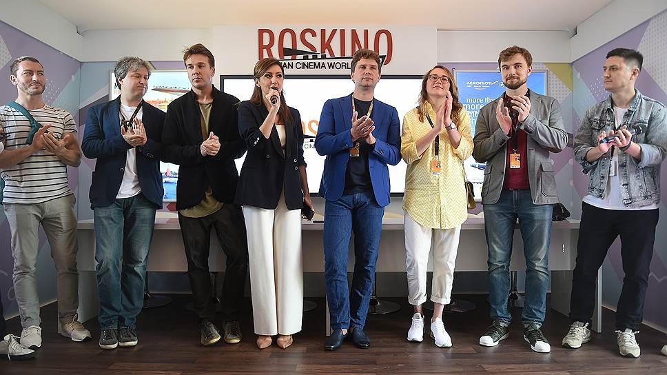 Кинокритик Антон Долин (второй слева), журналист Игорь Зыгарь (третий слева), генеральный директор компании «Роскино» Екатерина Мцитуридзе (четвертая слева) и исполнительный директор Фонда кино Антон Малышев (в центре)