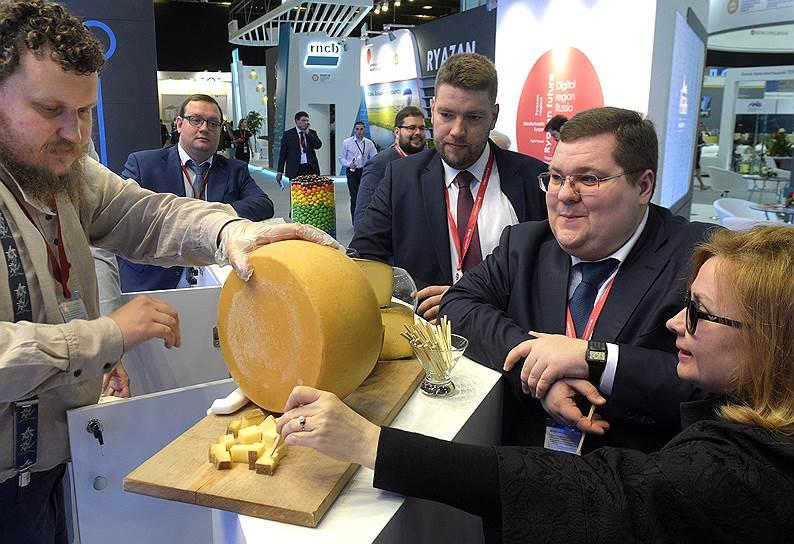 Бизнесмен Игорь Чайка (справа) и фермер-сыровар Олег Сирота (слева) во время форума