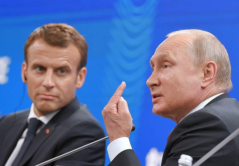 Президент Франции Эмманюэль Макрон (слева) и президент России Владимир Путин во время пленарного заседания
