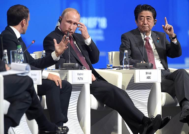 Слева направо: президент Франции Эмманюэль Макрон, президент России Владимир Путин и премьер-министр Японии Синдзо Абэ во время пленарного заседания