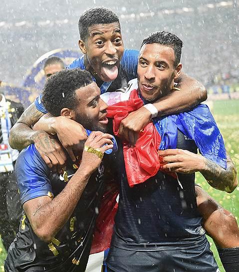 Игроки сборной Франции во время церемонии награждения