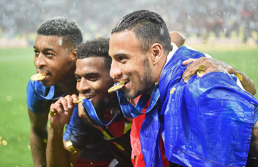 Игроки сборной Франции позируют фотографам после получения золотых медалей