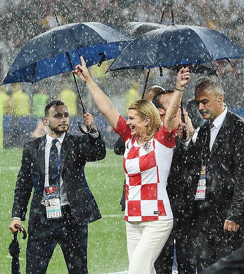 Президент Хорватии Колинда Грабар-Китарович в окружении охраны