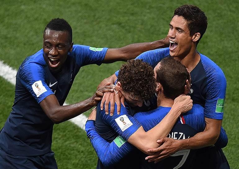 Игроки французской сборной отмечают гол
