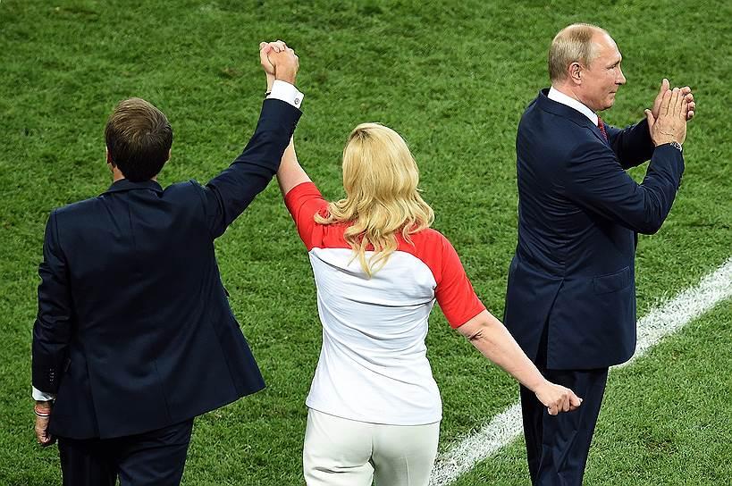 Слева направо: президент Франции Эмманюэль Макрон, президент Хорватии Колинда Грабар-Китарович и президент России Владимир Путин во время церемонии награждения