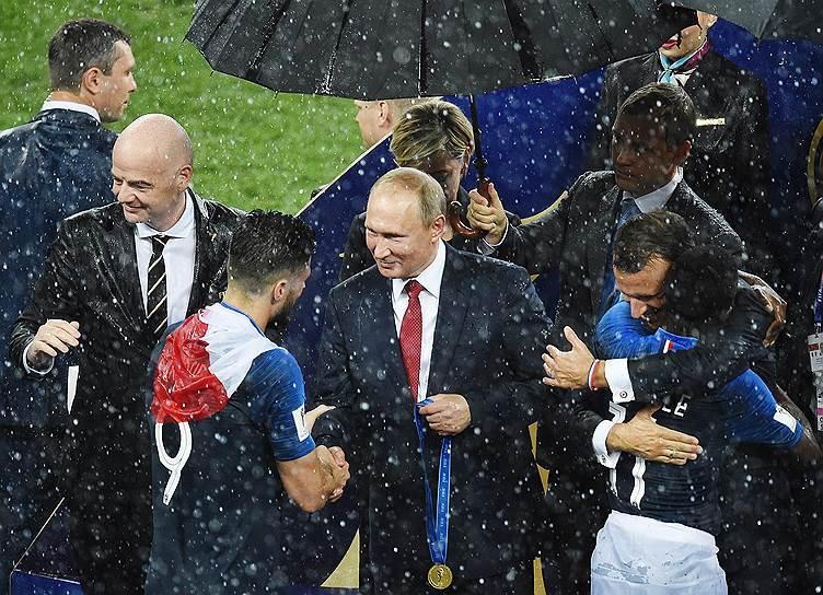 Слева направо: президент FIFA Джанни Инфантино, игрок сборной Франции Оливье Жиру, президент России Владимир Путин, президент Франции Эмманюэль Макрон и Усман Дембеле