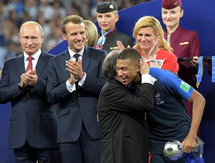 Слева направо: президент России Владимир Путин, президент Франции Эмманюэль Макрон, игрок сборной Франции Килиан Мбаппе и президент Хорватии Колинда Грабар-Китарович во время церемонии награждения