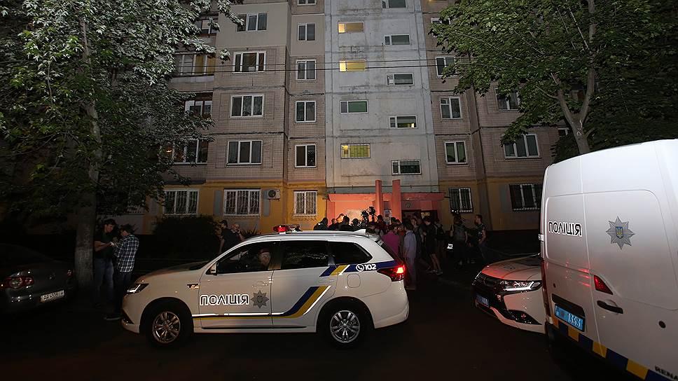 Машины полиции перед домом, где был застрелен Аркадий Бабченко