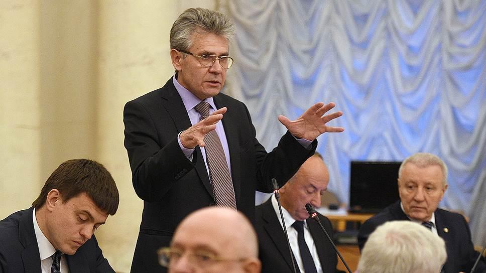 Президент Российской Академии Наук (РАН) Александр Сергеев (второй слева)