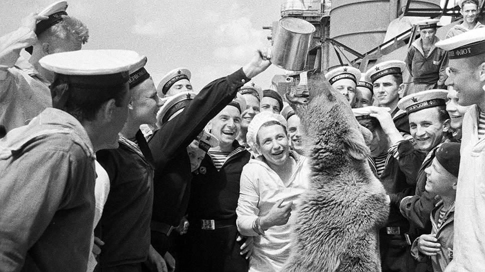 После запрещения вождения медведей было убито много ученых зверей, но любовь к медвежьей забаве продолжала жить в народе и в царские, и в советские времена