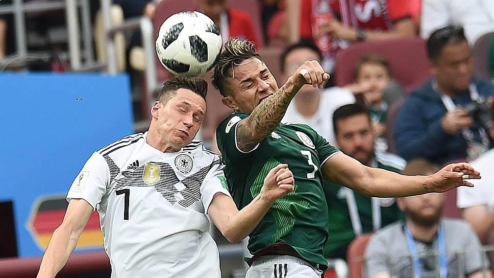 Игроки сборных Германии и Мексики Юлиан Дракслер (слева) и Карлос Сальседо