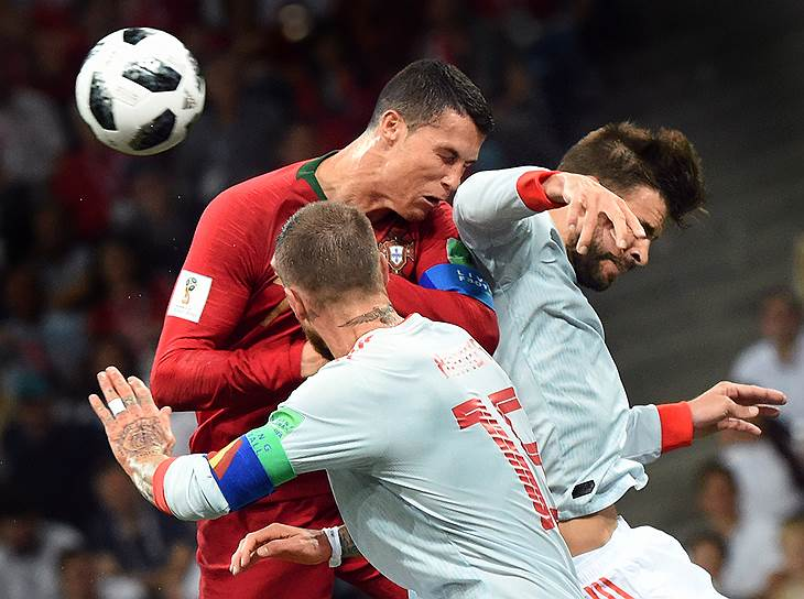 Матч между сборными Португалии и Испании на стадионе «Фишт» в Сочи. Португалец Криштиану Роналду (в центре)