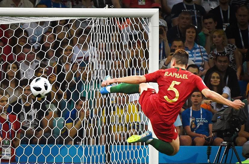Матч между сборными Португалии и Испании на стадионе «Фишт» в Сочи. Португалец Рафаэл Геррейру
