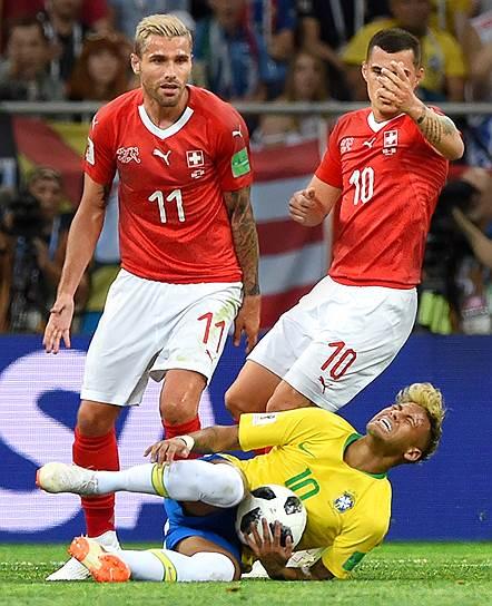 Матч между сборными командами Бразилии и Швейцарии на стадионе «Ростов Арена». Слева направо: игроки сборной Швейцарии Валон Бехрами, Гранит Джака и игрок сборной Бразилии Неймар