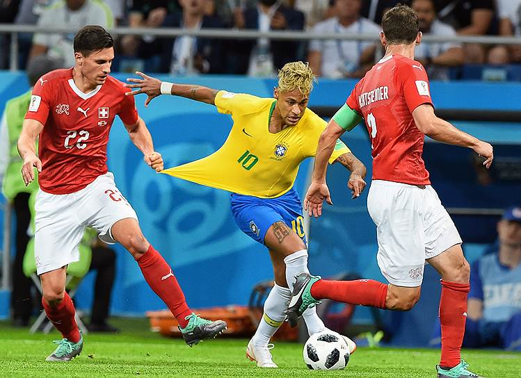 Матч между командами Бразилии и Швейцарии на стадионе «Ростов Арена». Игрок сборной Швейцарии Фабиан Шер (слева) и бразилец Неймар (в центре)