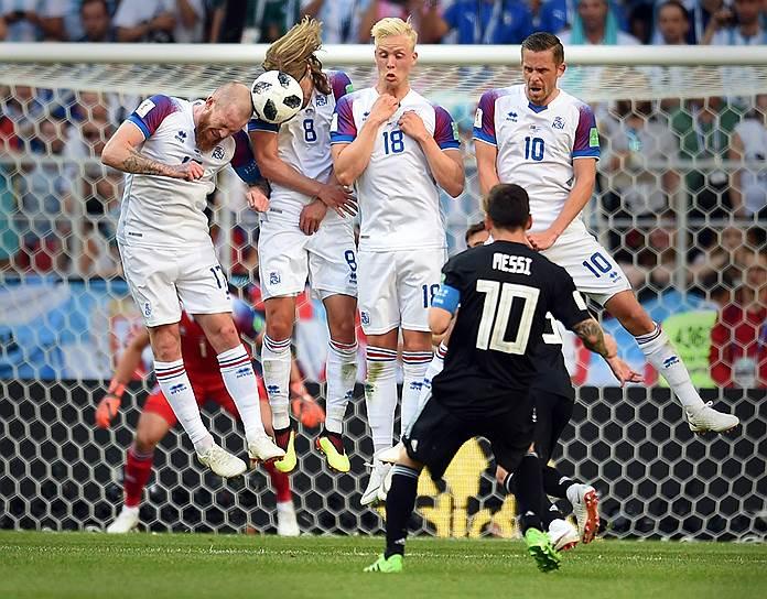 Матч между сборными Аргентины и Исландии на стадионе «Спартак». Игроки команды Исландии Арон Гуннарссон (слева), Биркир Бьярнасон (второй слева), Хёрдур Магнуссон (в центре), Гильфи Сигурдссон (справа) и аргентинец Лионель Месси (второй справа) во время игры