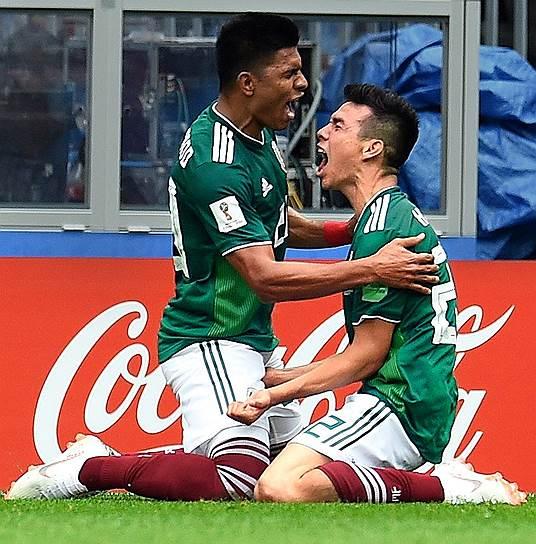 Матч между сборными Германии и Мексики на стадионе «Лужники». Игроки команды Мексики Хезус Гальярдо (слева) и Ирвинг Лосано