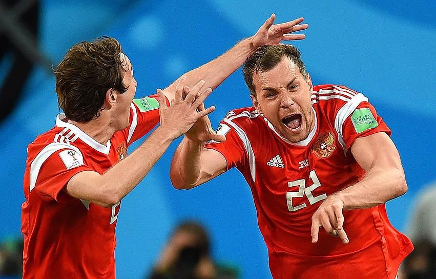 Матч Россия—Египет в Санкт-Петербурге. Игроки сборной России Марио Фернандес (слева) и Артем Дзюба (справа)