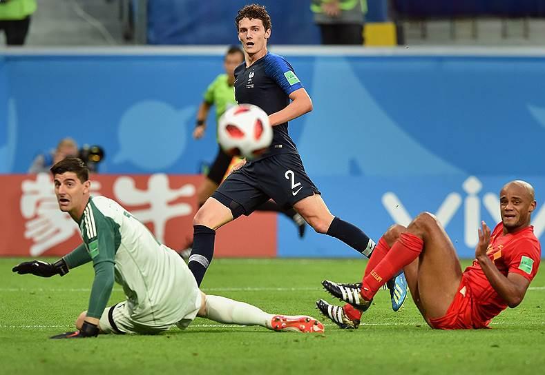 Матч между сборными Франции и Бельгии на стадионе «Санкт-Петербург». Игроки сборной Бельгии Тибо Куртуа (слева), Венсан Компани (справа) и игрок сборной Франции Бенжамен Павар (в центре)