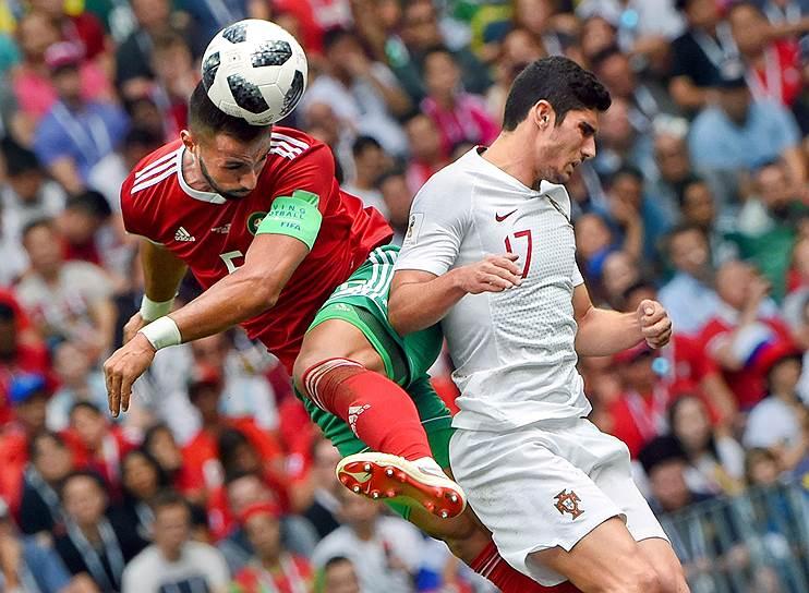 Матч между сборными командами Португалии и Марокко на стадионе «Лужники». Игрок сборной Португалии Гонсалу (справа) и игрок сборной Марокко Меди Бенатиа (слева)