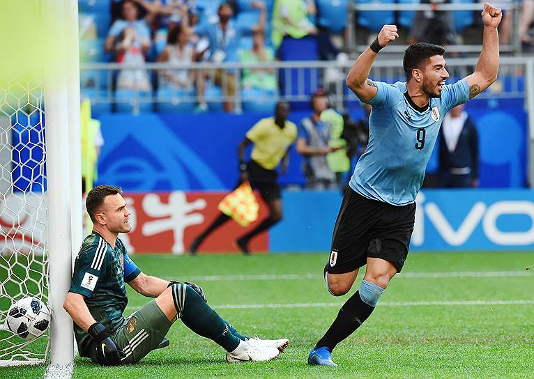Матч между сборными Уругвая и России на стадионе «Самара Арена». Игрок сборной Уругвая Луис Суарес отмечает гол в ворота Игоря Акинфеева