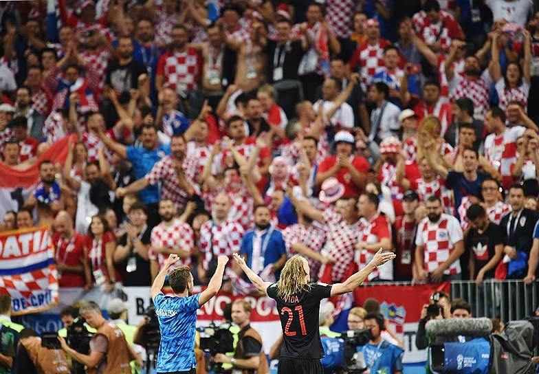 Игрок сборной Хорватии Домагой Вида (справа) после полуфинального матча с Англией на стадионе «Лужники».